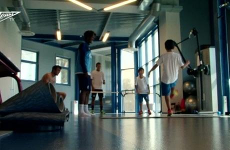 Близнецы Данни играют с Алвешем и Кришито в теннисбол