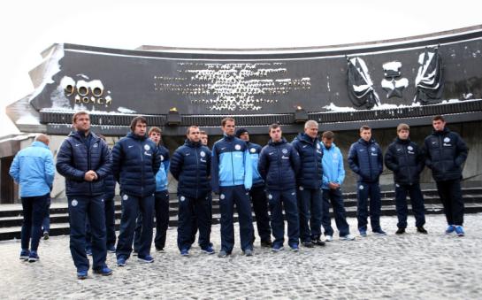 Футболисты «Зенита» возложили цветы к мемориалу защитников Ленинграда