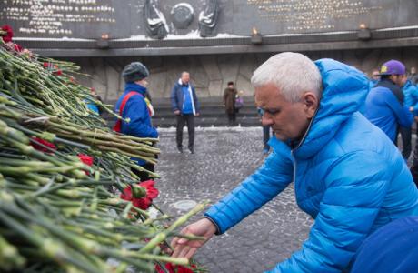 Футболисты ФК «Зенит» возложили цветы к монументу героическим защитникам Ленинграда