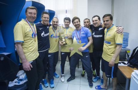 Команда в раздевалке празднует победу в Чемпионате России