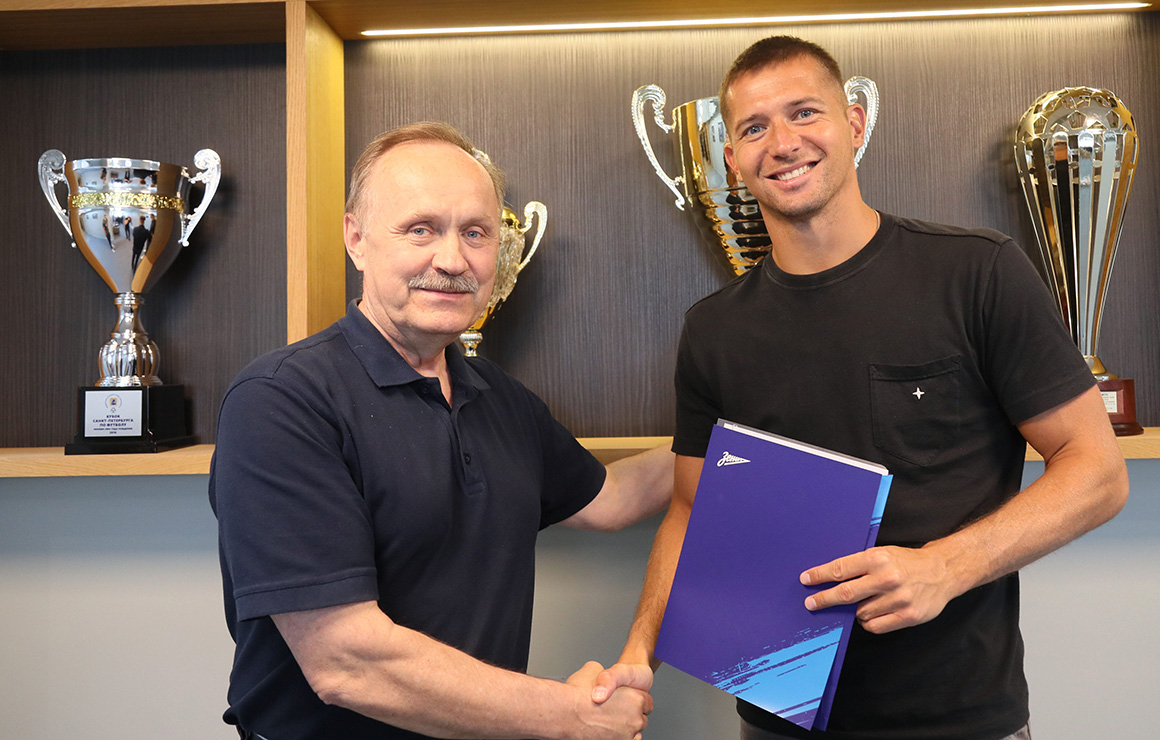 Сине-бело-голубые продлили контракт с Михаилом Кержаковым